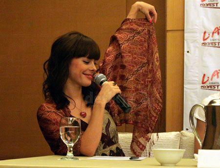 Baju batik artis - lenka memamerkan baju batik